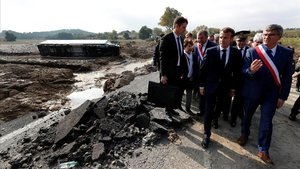 Macron, durante su visita a Villalier, afectada por las inundaciones.