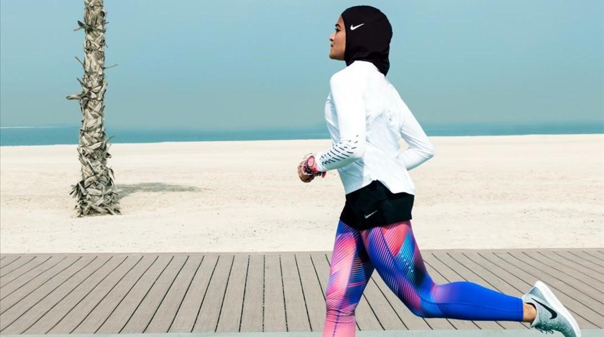 Manal Rostom luce el nuevo hijab deportivo de Nike.