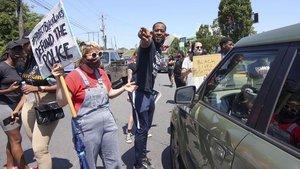 Protesta en el restaurante de comida rápida donde fue abatido Rayshard Brooksen Atlanta.