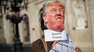 Un manifestante con una máscara con la cara de Trump durante una concentración a favor de los refugiados, en Barcelona, el 17 de junio.