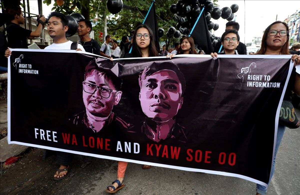 Manifestantes marchan en solidaridad de los dos periodistas encarcelados en Birmania.