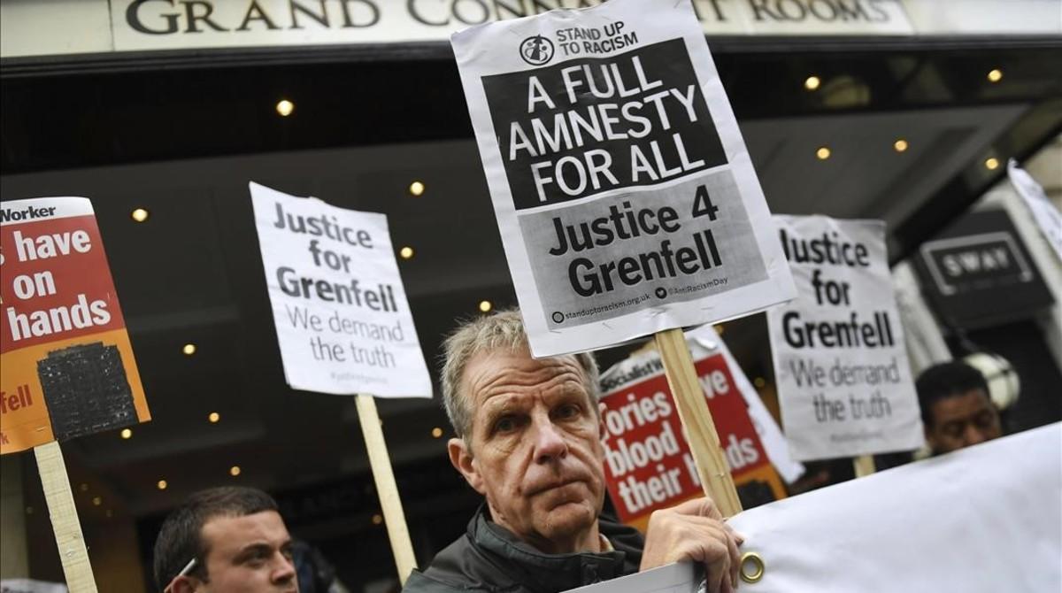 Manifestantes protestan en el exterior de donde debía abrirse la comisión de investigación del 'caso Grenfell', en Londres, el 14 de septiembre.
