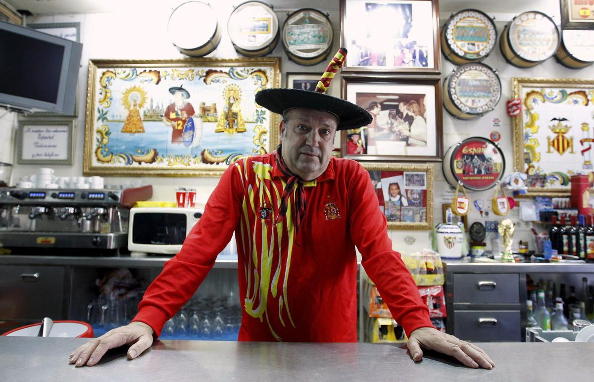 Manuel Cáceres, conocido como Manolo el del Bombo, posa en el bar que regentóen Valencia.