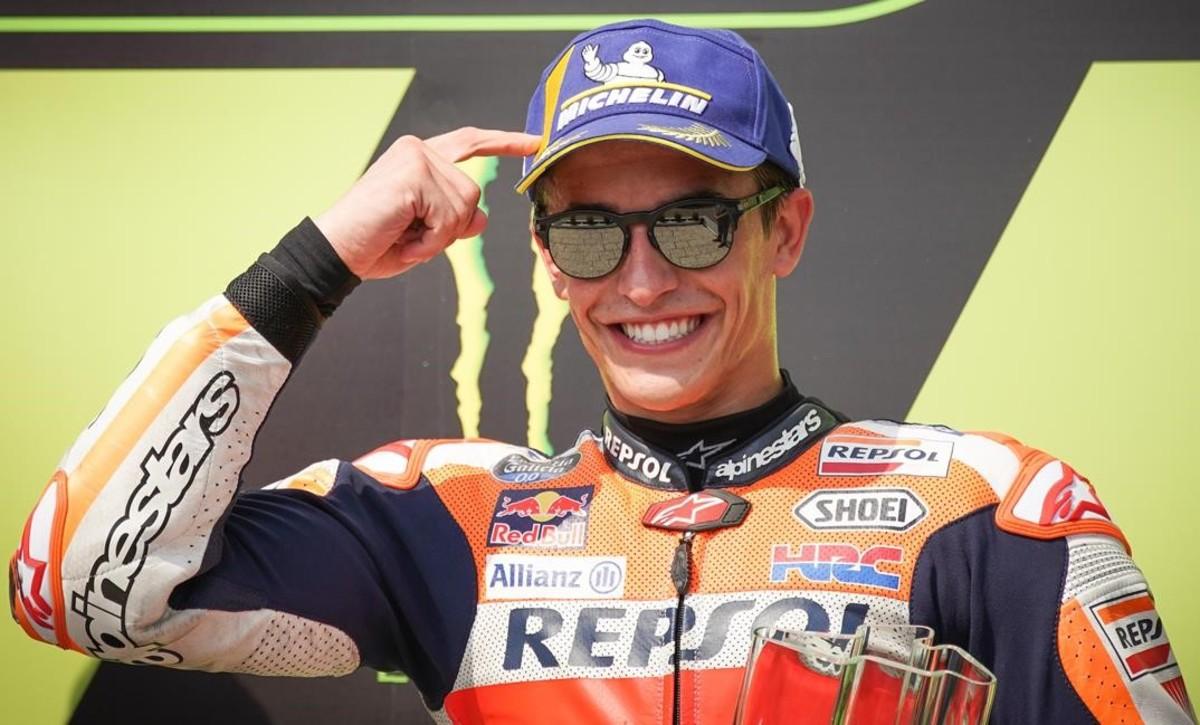 Marc Márquez (Honda) se señala la cabeza en el podio de Brno, haciendo referencia a su sabia decisión de no jugársela en carrera.