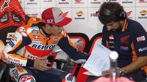 Marc Márquez y su ingeniero Santi Hernández, durante los tests celebrados, en Brno, el pasado lunes.