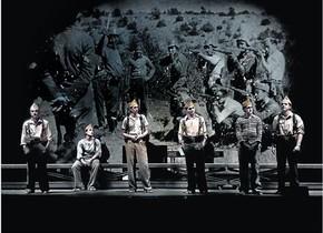Un momento deIn memoriam. La quinta del biberó, que se represena en el Teatre Lliure.