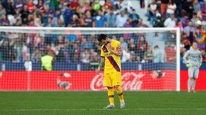 Messi, apesadumbrado, después de que Ter Stegen, al fondo,encajara otro gol en el campo del Levante.