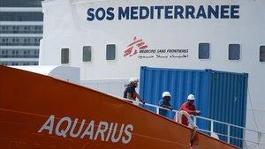 Miembros de la tripulación en la cubierta del barco.