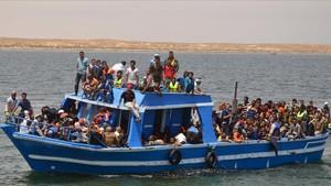 Migrantes rescatados por la Armada tunecina.