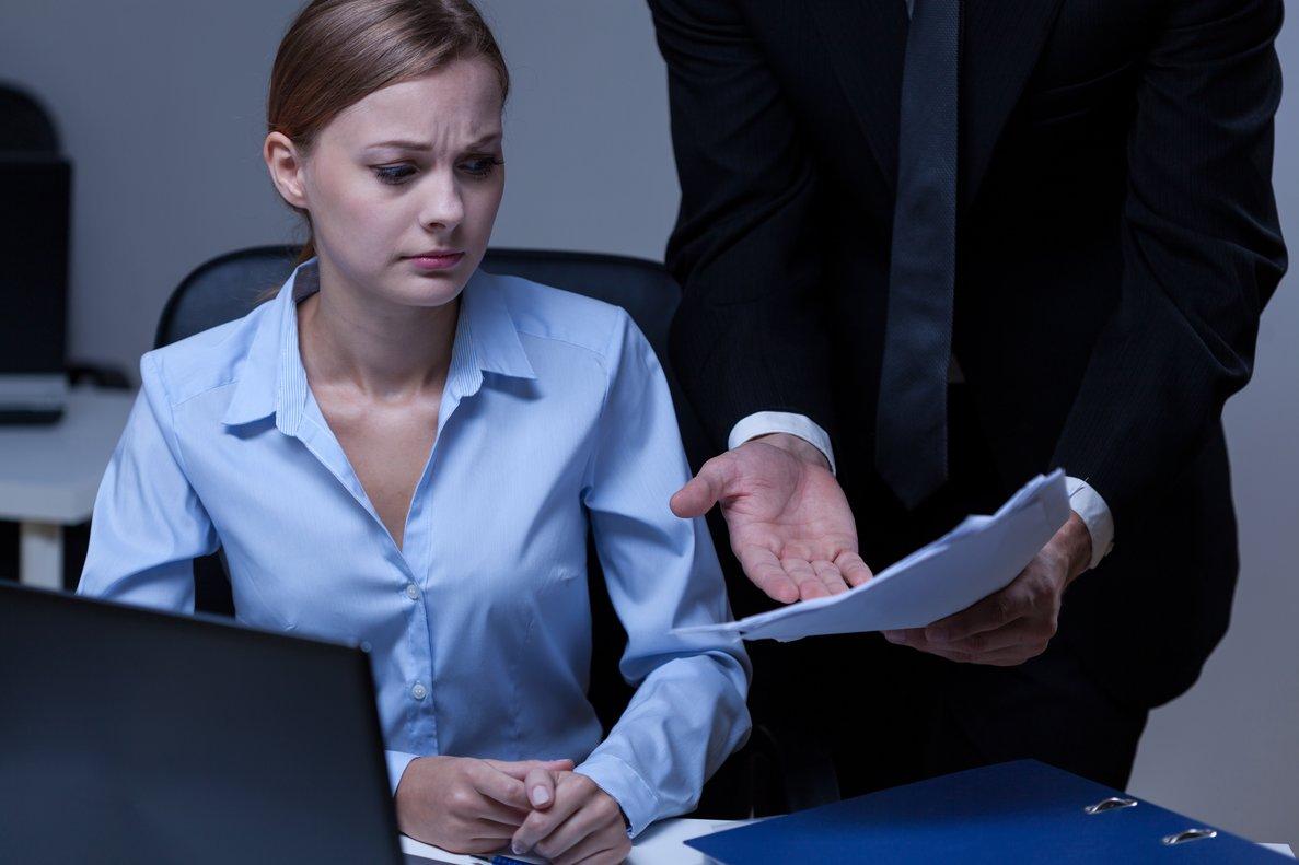 Una mujer comete un error en la oficina.