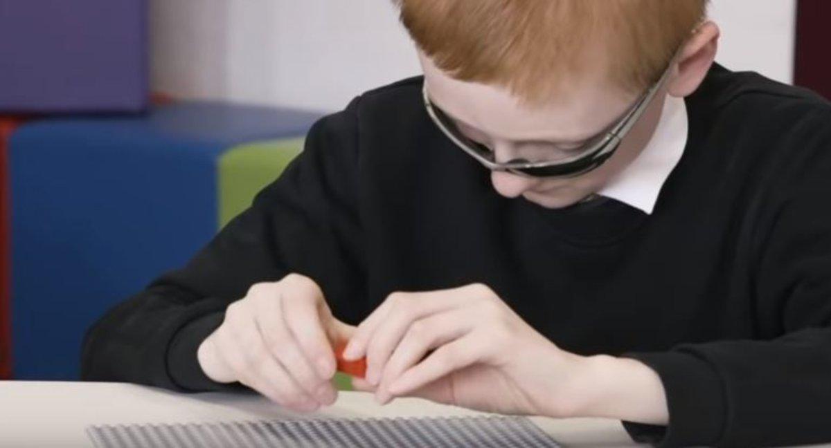 Lego lanza sus famosos ladrillos para que los niños ciegos aprendan a leer Braille