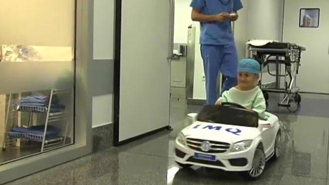 Un niño entra en el quirófano al volante de su coche.