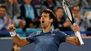Novak Djokovic celebra su primer éxito de la temporada.