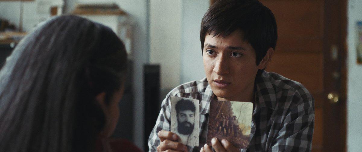 El protagonista busca los restos de su padre, un guerrillero.