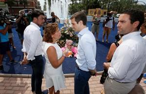 GRAF3760. SANTA POLA, 09/08/2018.- El presidente del PP, Pablo Casado (2d), deposita hoy un ramo de flores en el monolito que recuerda a las dos personas asesinadas por ETA , entre ellos una niña de 6 años, en un atentado contra la casa cuartel de Santa Pola en agosto de 2002. En la visita ha estado acompañado por el secretario general del PP, Teodoro García Egea (1d), la presidenta del PP en la Comunidad Valenciana, Isabel (Bonig) (2i), y el alcalde de Alicante, Luis Barcala (1i). EFE/Manuel