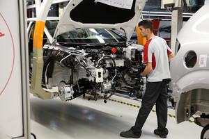 Un operario, en una de las líneas de producción de la planta de Seat en Martorell.