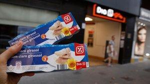 Paquetesde atún en aceite de girasol en un supermercado Día en Barcelona.