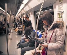 Pasajeros en un vagón del metro, el pasado marzo.