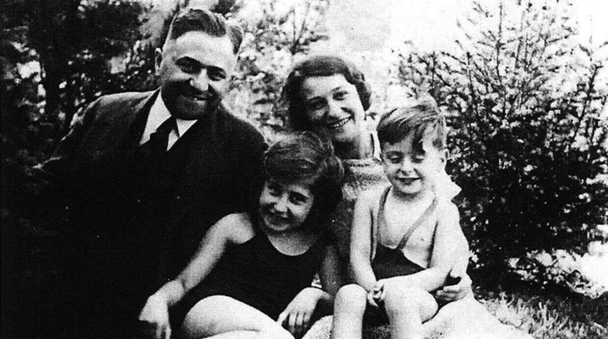 El pequeño Michael Gruenbaum, con su hermana, su madre y su padre, Karl, al que los nazis detuvieron en Praga y mataron lanzándole los perros.
