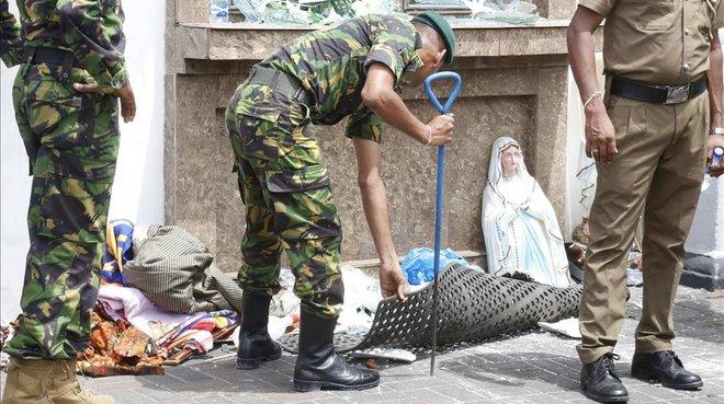 Personal de seguridad registrala Iglesia de St. Anthony en Colombo, Sri Lanka, tras una explosión.