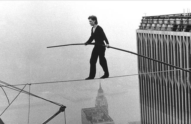 Foto de archivo del funambulista Philippe Petit cruzando las Torres Gemelas en Nueva York, el 7 de agosto de 1974.