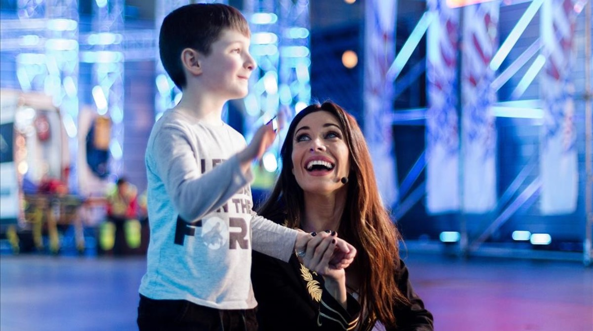 Pilar Rubio, con un niño, en Ninja warrior.