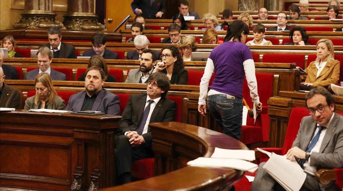 Un momento del pleno de la pobreza en el Parlament.