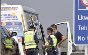 La policíaaustríaca inspecciona los vehículos de carga en una carretera cercana a la frontera con Hungría.