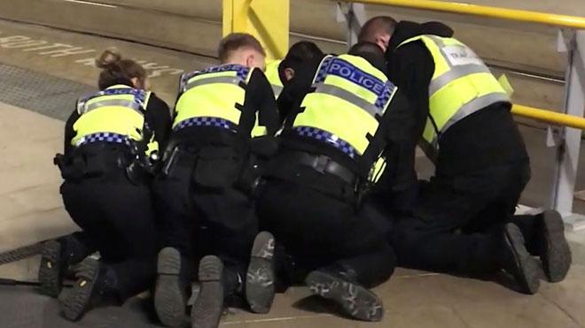 Varios agentes inmovilizan al agresor de Manchester.