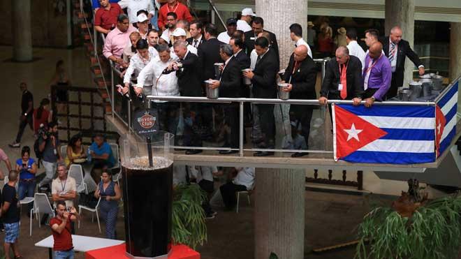 Preparan en La Habana el cóctel Cuba libre más grande del mundo.