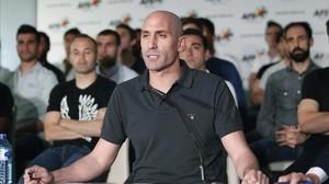 El president de l'AFE, Luis Rubiales, davant els jugadors, dijous passat.