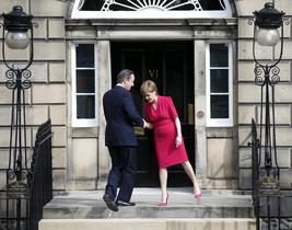El primer ministro británico David Cameron y la líder del SNP Nicola Sturgeon se reúnen por primera vez desde las elecciones generales en el Reino Unido.