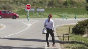 Una prostituta, apostada a 50 metros del cruce de la N-2, en Pontós, Alt Empordà.