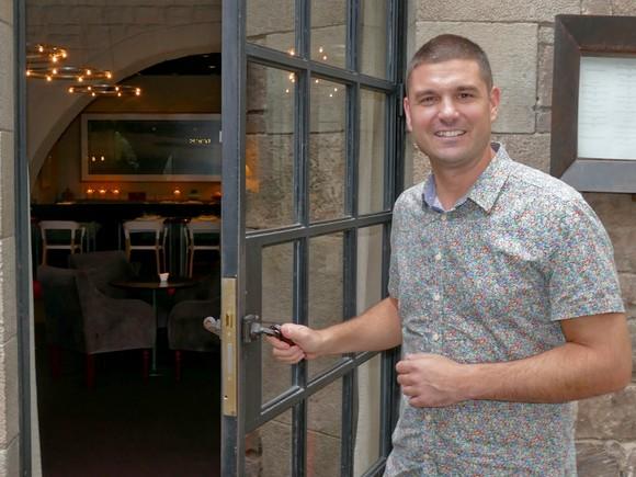 El chef Alain Guiard abre la puerta del restaurante A, en el hotel Neri, que estrenará a mediados de octubre.
