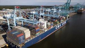 Un barco mercantil en el puerto deVirginia, EEUU.