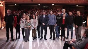 Puigdemont posa con los participantes en el programa Jo pregunto, de TV-3.