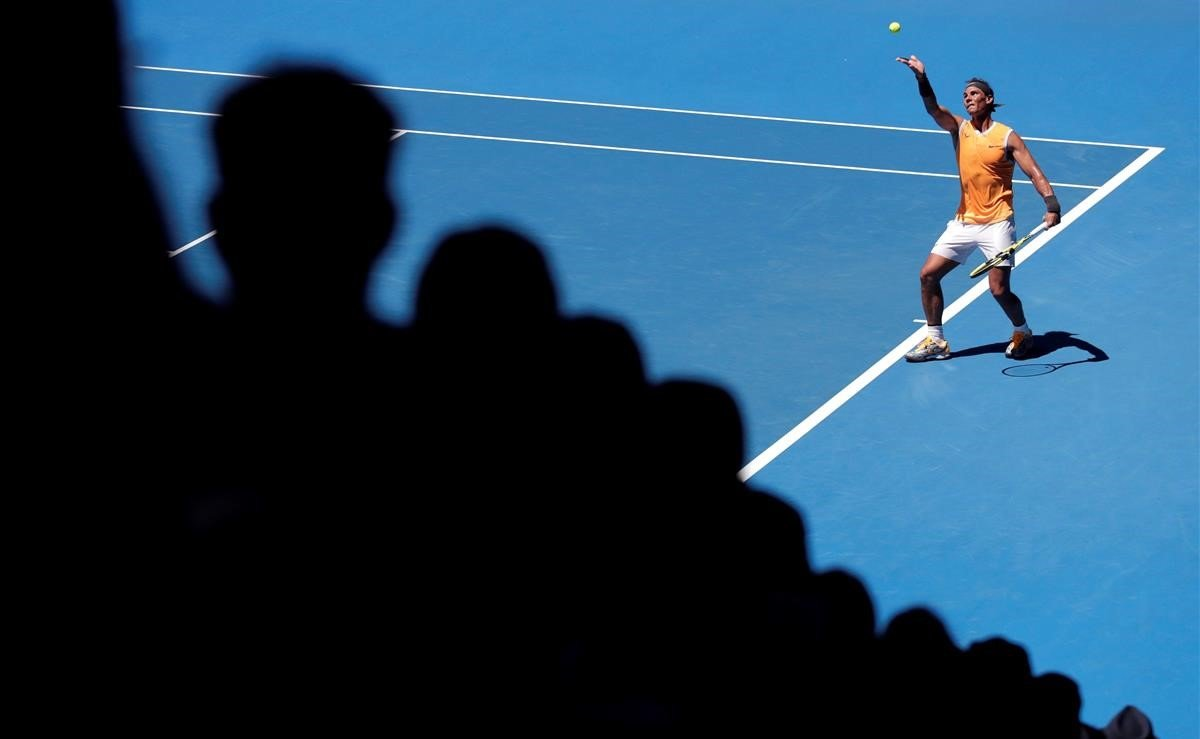 Rafael Nadal de España en acción durante su partido de la primera ronda contra James Duckworth en el torneo de tenis Grand Slam Open de Australia.