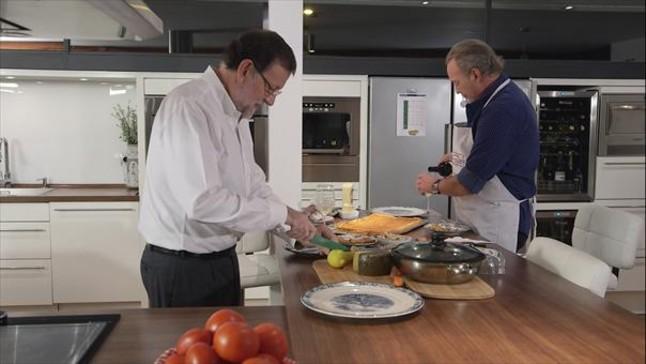 Rajoy, cocinando unos mejillones al vapor en la cocina de Osborne.