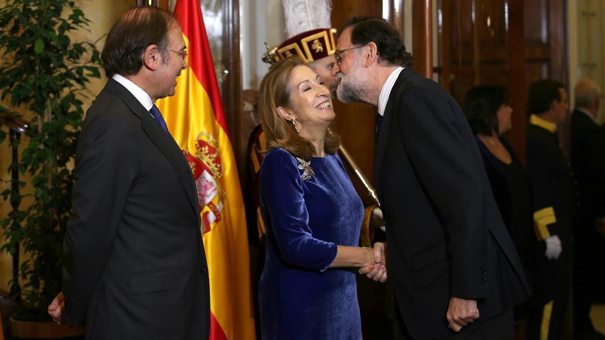 Rajoy saluda a los presidentes del Congreso y del Senado.