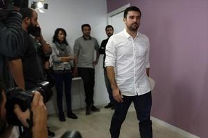 Ramón Espinar se dispone a comparecer en la rueda de prensa de este miércoles, en Madrid.