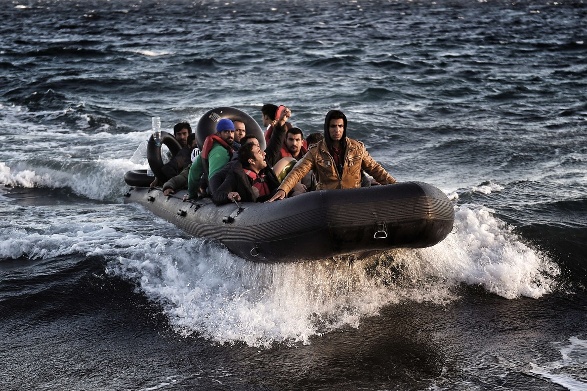 Refugiados en inmigrantes llegan a la isla de Lesbos tras cruzar el mar Egeo.