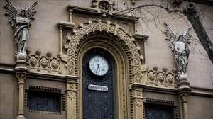 Reloj de la fachada del Teatro Poliorama, con el rótulo que dice Hora Oficial.