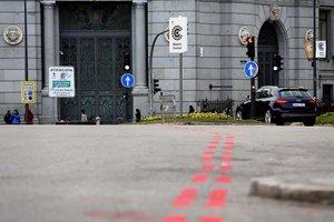 Señales verticales y rayas rojas en el suelo que delimitan Madrid Central.