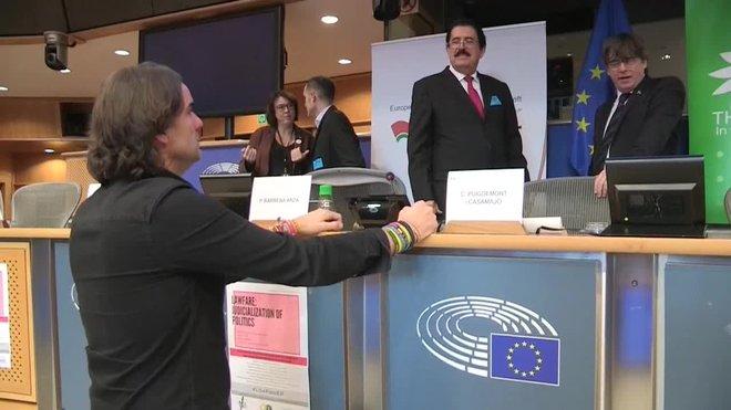 El reportero Cake Minuesa y el líder de VOX en Girona, Alberto Tarradas, se han enfrentado este miércoles al expresidente de la Generalitat Carles Puigdemont en el marco de una conferencia en la Eurocámara