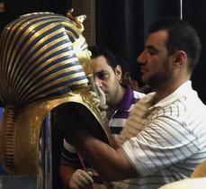 Un restaurador pega la barba de la máscara de Tutankamón, el 12 de agosto del 2014.