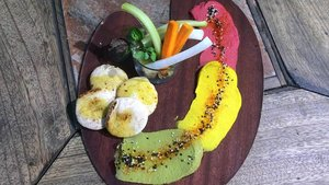 El 'semáforo'de Ethniko es humus de remolacha (rojo), cúrcuma (ámbar) y albahaca (verde).