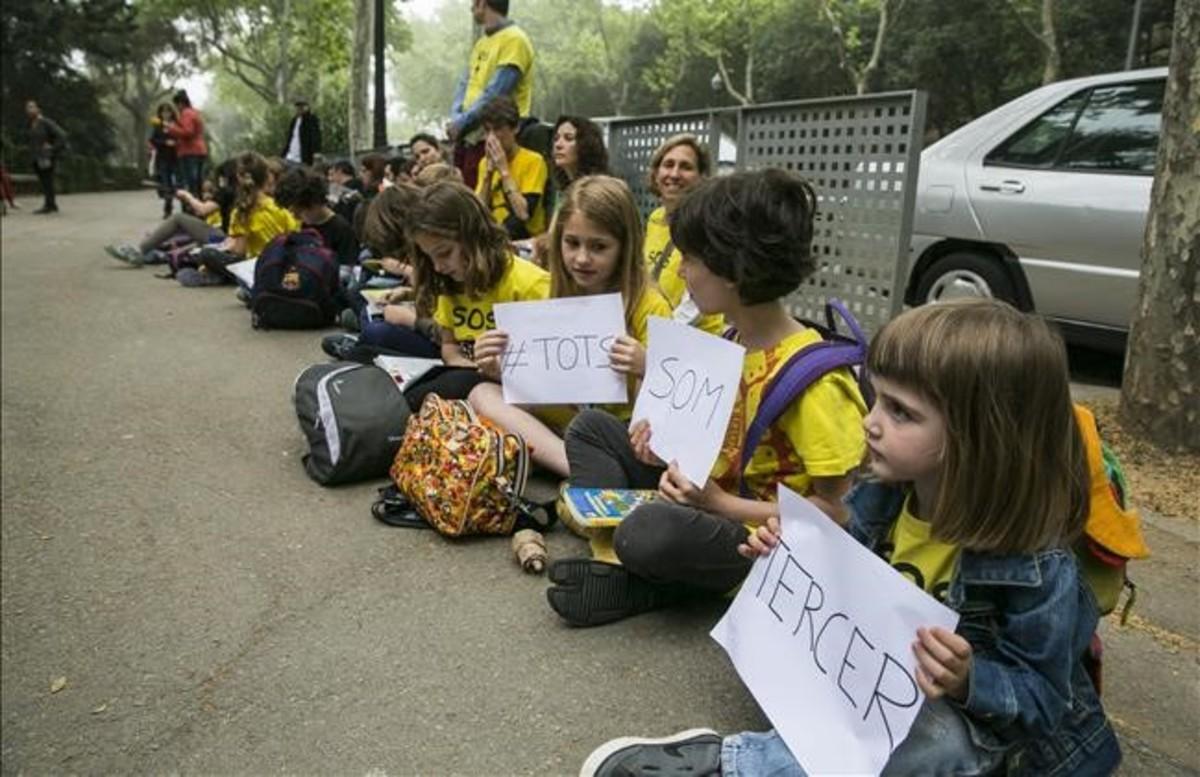 Protesta de alumnos contra las pruebas de tercero de primaria en el colegio del Bosc de Barcelona, en el 2015.