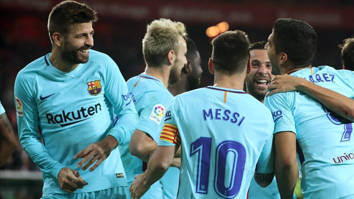 Los jugadores del Barça celebran el segundo gol en San Mamés.