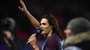 Cavani, con un micrófono, se dirige a la afición del PSG después de batir el récord histórico de goles del equipo.