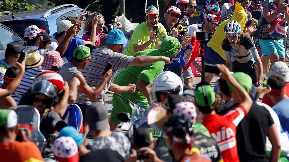 Romain Bardet, en Alpe dHuez, rodeado de espectadores.